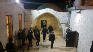 הברסלבים מגיעים לקבר יוסף