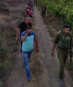 חיילים שומרים על הפלסטינים שנתפסו