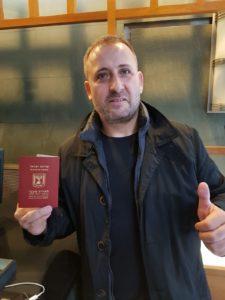 אלון ציפורי והדרכון החדש