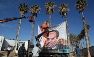 מורידים את תמונתו של נשיא מצרים מהמעברים