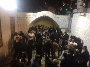ביקור ישראלים בקבר יוסף, הלילה.