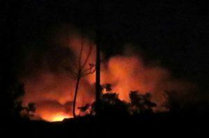 מחסן נשק של חיזבאללה עולה באש לאחר התקיפה הישראלית. צילום: AP