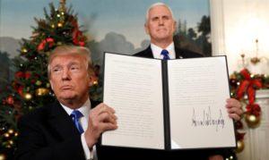 טראמפ חותם על העברת השגרירות לירושלים. צילום: רויטרס