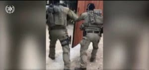 פריצה לבית החשודה. צילום מסך: דוברות המשטרה