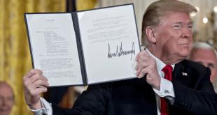 טראמפ מציג את הצו. צילום בלומברג