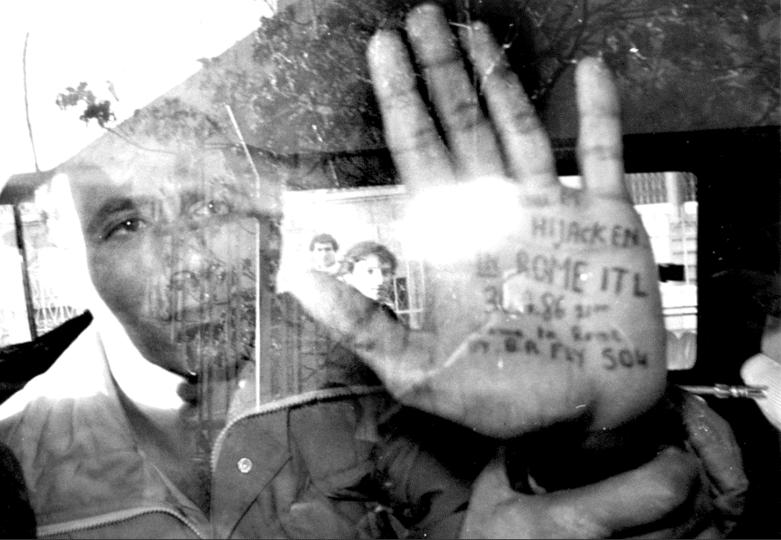 """""""נחטפתי ברומא"""" ואנונו מגלה לעיתונאים הזרים"""