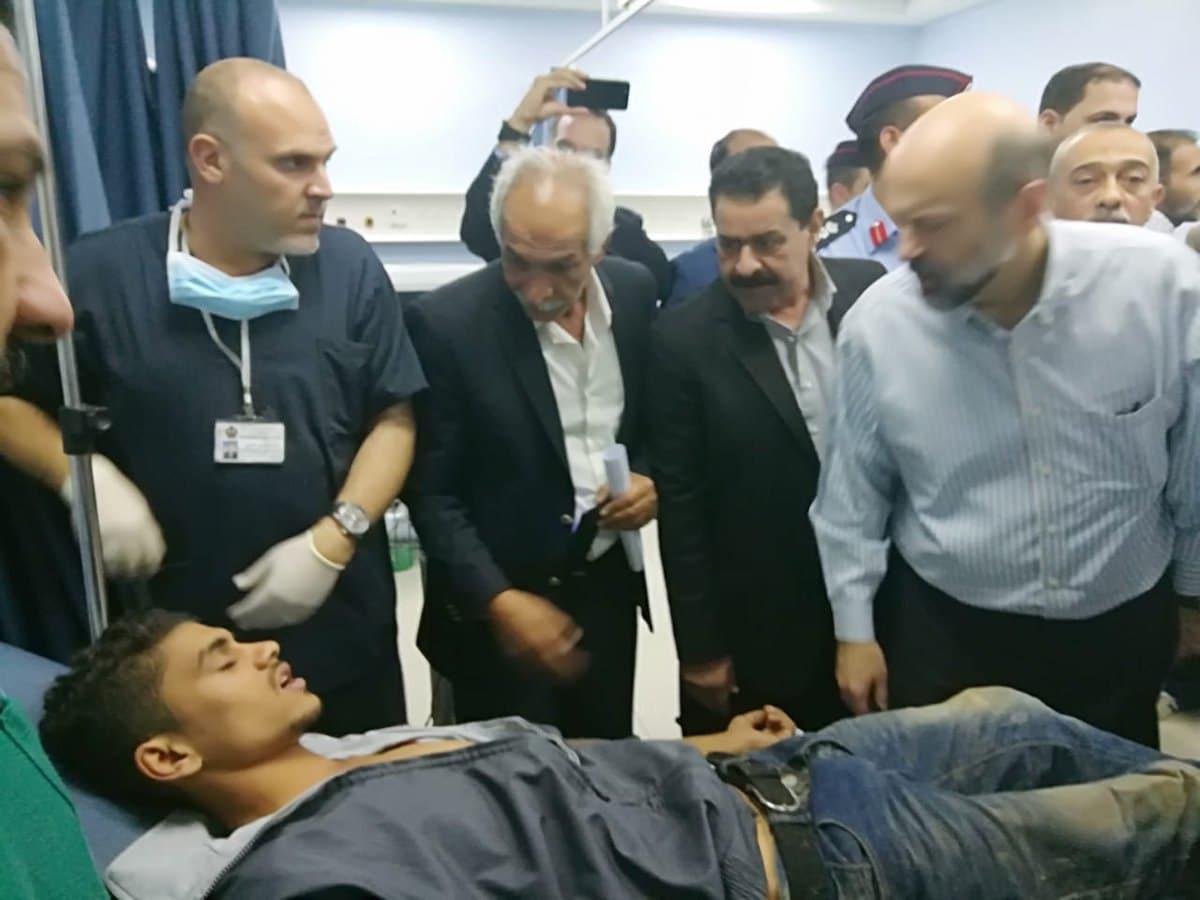 ראש ממשלת ירדן משוחח עם הפצועים