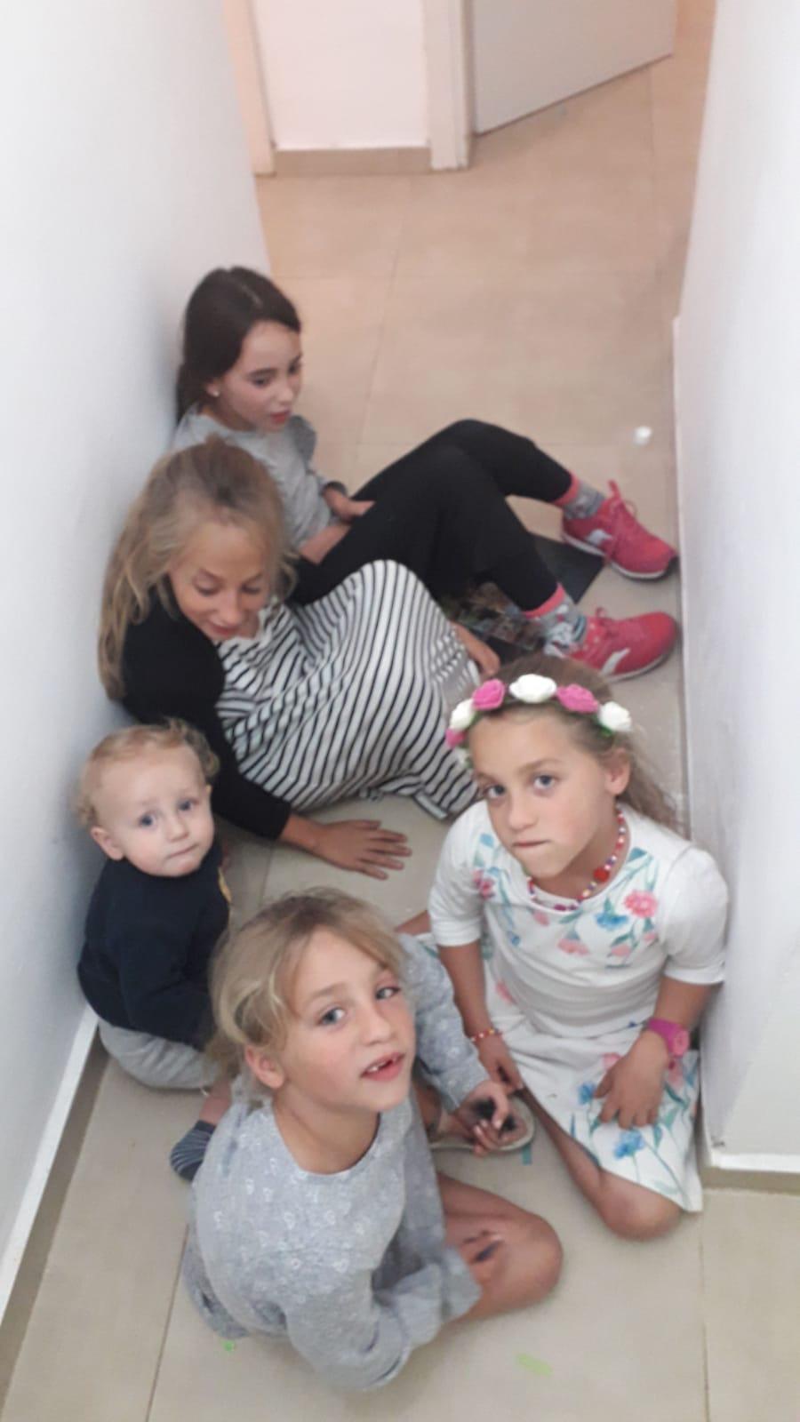 ילדי משפחת ממן ביישוב מעון תופסים מחסה. קרדיט דוברות הר חברון