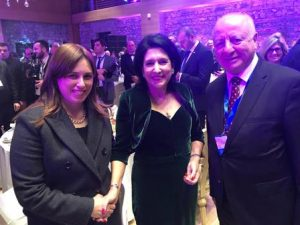 סגנית השר חוטובלי עם הנשיאה החדשה של גיאורגיה לצדו של שגריר ישראל בגיאורגיה שבתאי צור