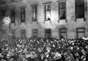 היטלר בחלון לשכת הקנצלר ינואר 1933