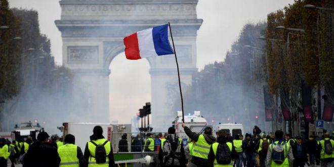 המהומות האלימות בצרפת גרמו לנשיא עמנואל מקרון להיכנע לעם