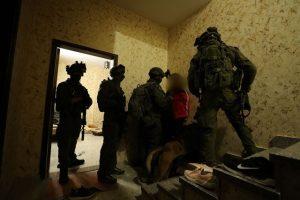 """לוחמי הימ""""מ עוצרים את החשוד ברצח. צילום: דוברות המשטרה"""