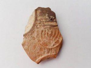 כלים בעלי מאפיינים יהודיים שנחשפו בחפירה. צילום: ענת רסיוק, רשות העתיקות
