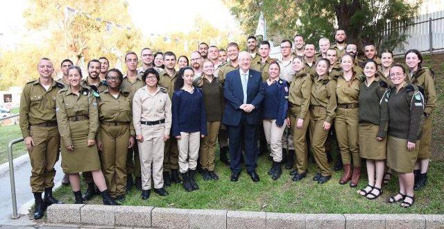 """נשיא המדינה והרמטכ""""ל חגגו את ליל הסדר עם חיילים בודדים בכפר נופש בגבעת אולגה"""