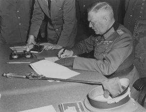 וילהלם קייטל חותם על הכניעה האחרונה, ברלין, 8 במאי 1945