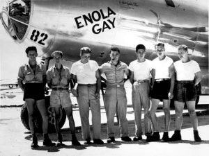 """מטוס """"אנולה גיי"""" וצוותו שהטילו את פצצת """"ילד קטן"""" על הירושימה (קולונל פול טיבטס עומד באמצע)"""