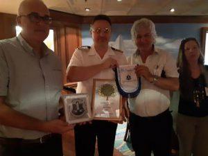 """רב חובל הנמל מוריס מור, סוכן האניה זרי רוזנפלד וקפטן האוניה צילום: יח""""צ נמל"""