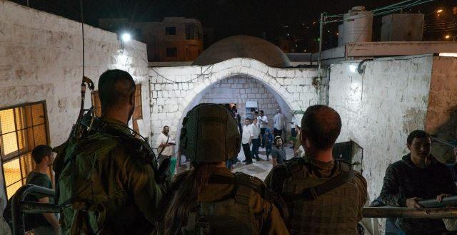 """הלילה: כוחות צה""""ל, מג""""ב ומשטרה אבטחו את המתפללים בכניסה לקבר יוסף"""