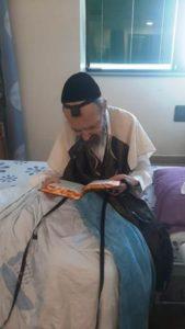 """הרב דב קוק שליט""""א לא הפסיק להתפלל גם בעת שהותו בבית החולים"""