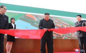 מנהיג צפון קוריאה הטקס גזירת הסרט