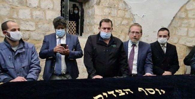 """חבר הפרלמנט הצרפתי בקבר יוסף: """"אלו השורשים של העם היהודי ואנחנו נשאר כאן לנצח"""""""